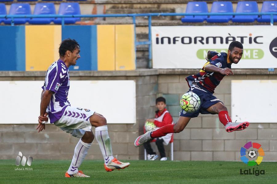 Marcelo Silva trata de tapar un centro en el partido frente a la Llagostera. Fuente | laliga.es