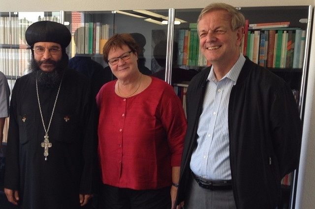 Sie haben den Baurechtsvertrag unterzeichnet: der koptische Bischof Anba Gabriel, Gemeindeleitern Monika Schmid und Stiftungsrat Urs Müller.