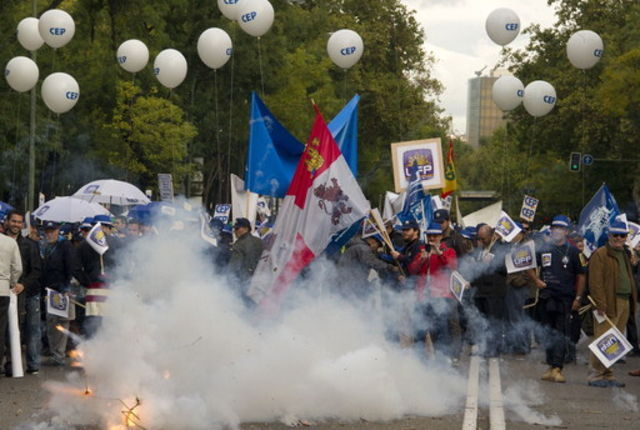 des centaines de policiers se sont rassemblés samedi devant le ministère de l'Intérieur à Madrid pour manifester leur colère.