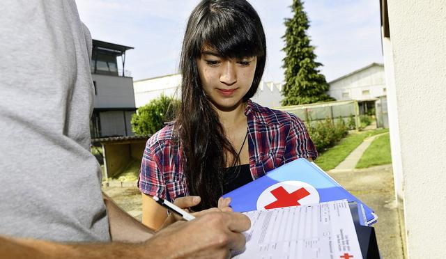 Von Tür zu Tür: Das Rote Kreuz führt eine grosse Mitgliederanwerbungsaktion durch. Hier Studentin Irène Scheiwiller.