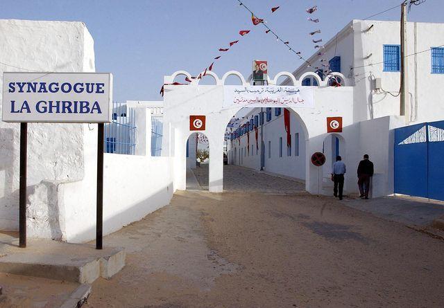 La Ghriba de Djerba, plus ancienne synagogue d'Afrique où les pèlerins viennent d'Israël et d'Europe se rassembler.