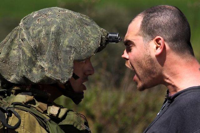 Ein israelischer Soldat und ein Palästinenser geraten aneinander: Westbank, 9. März 2012.