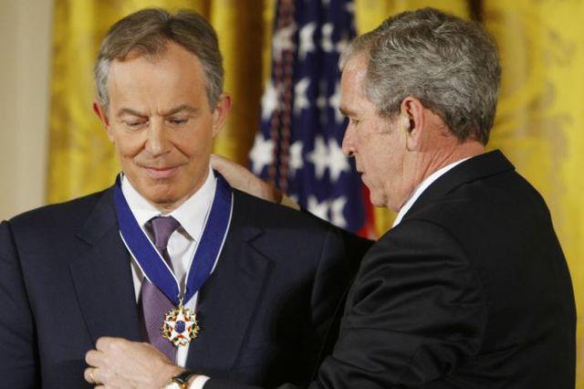 Trotz gegenteiliger Beteuerungen, Öl-Interessen waren doch zentral: Der ehemalige britische Premier Tony Blair (bei einem Empfang seines Irak-Krieg-Partners George W. Bush).