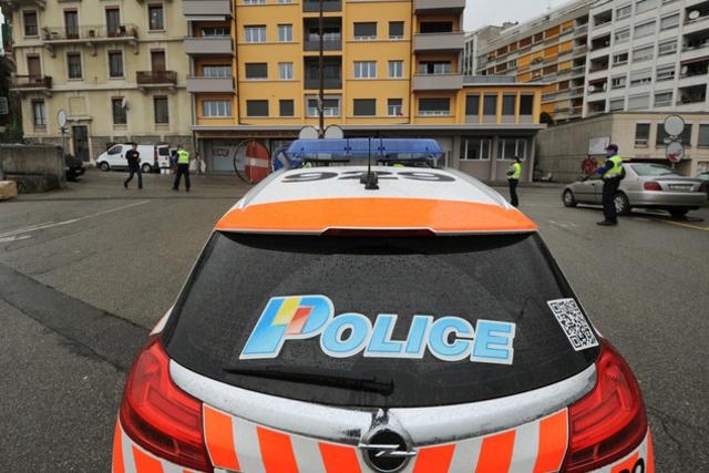 C'est à l'aide d'une carte Vitale française dotée d'un autocollant police qu'un voleur et un complice se sont faits passer pour des hommes de loi.