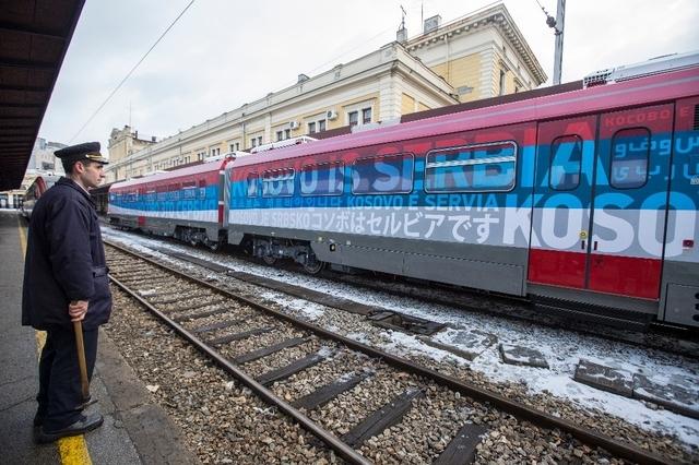 Des membres de la police du Kosovo avaient été dépêchés à la frontière. Le Premier ministre serbe a finalement fait arrêter le convoi, parti de Belgrade, avant qu'il ne la franchisse. (Image - samedi 14 janvier 2016)