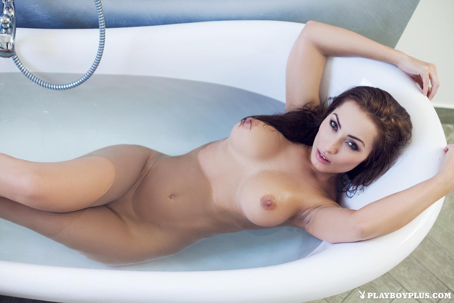 Khloe Terae, Marga Cifuentes, Szandra. Tunde, nude, bath