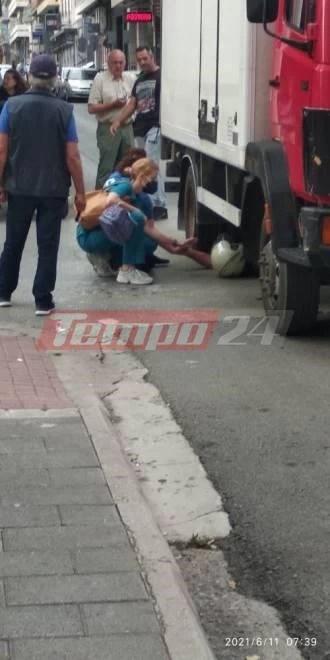 Σοκαριστικό τροχαίο στην Πάτρα: Μοτοσυκλετιστής σφηνώθηκε κάτω από φορτηγό [εικόνες]