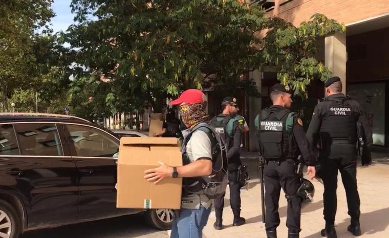 La Guàrdia Civil s'ha emportat caixes del detingut de Cerdanyola