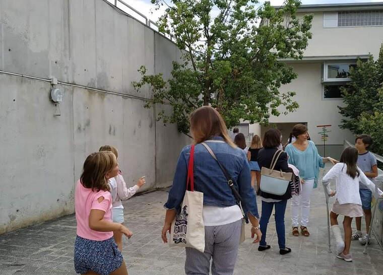 Infants entrant a l'Escola Ramon Fuster de Bellaterra