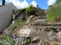 SEMUR-EN-AUXOIS: skały na lewym brzegu rzeki / rocks on the left river bank