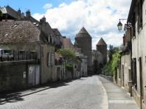 SEMUR-EN-AUXOIS: ulica ku Pont Joly / walking towards Pont Joly