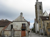 NOYERS: uliczka przy kościele gotyckim / lane near the Gothic church