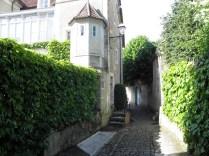 NOYERS: zaułek prowadzący do ruin zamku / lane to the castle ruins