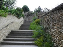 CHARTRES: SCHODY Z MIASTA DO KATEDRY / STAIRS TO THE CATHEDRAL