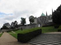 CHARTRES: tarasy poniżej katedry / terraces near the cathedral