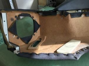 ボードにダメージが見受けられますので修理してから張り込みます