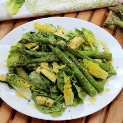 Grüner Salat mit Spargel und Zucchini