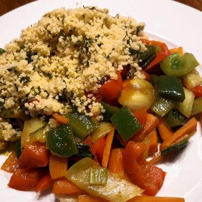 Pikanter Couscous mit gedünstetem Gemüse