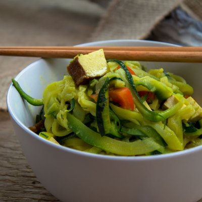 Zucchini-Nudeln auf Reis