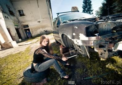 kobieta mechanik - kobieta zmienia koło - woman fix car