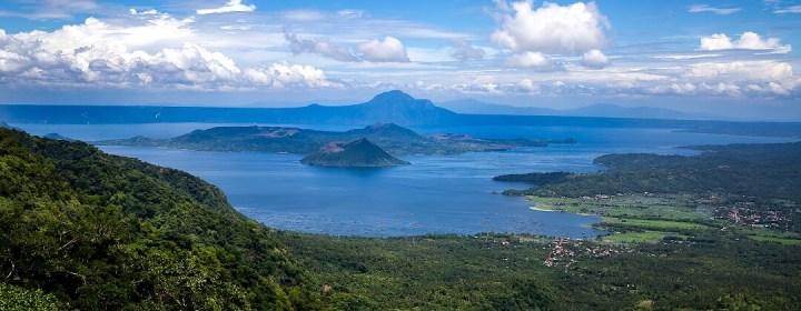 Uitzicht op het Taal meer en de Taal vulkaan, vanuit People's Park in the Sky – Tagaytay