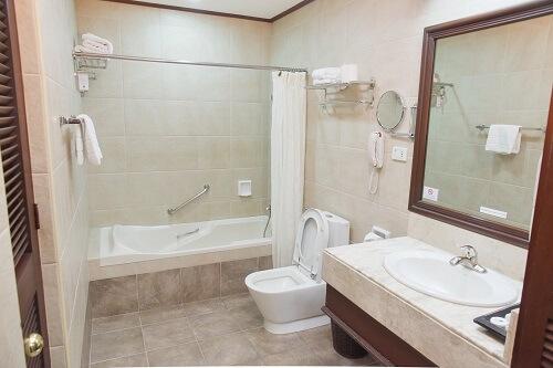 Badkamer hotel M01 - Angeles City, Luzon, Filipijnen
