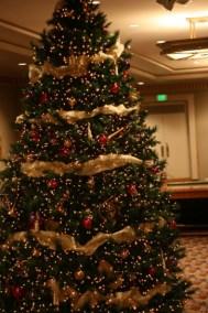 albero-di-natale-con-addobbi-rosso-e-oro