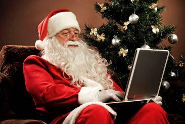 (KIKA) - Natale e' ormai alle porte, i bambini di tutto il mondo hanno gia' scritto e spedito le loro letterine a Babbo Natale con la lista di cio' che vorrebbero trovare sotto all'albero. Il vecchietto con la barba bianca e il vestito rosso pero' si e' messo al passo con i tempi e al posto delle renne ha scelto un pratico scooter per muoversi nel traffico cittafino, va dall'analista, smista la posta grazie a un cmputer portatile, da' da mangiare ai Panda in Cina, fa immersioni, cavalca struzzi e dromedari, manifesta in Giappone e va in giro a torso nudo per i boschi in Nord Europa.