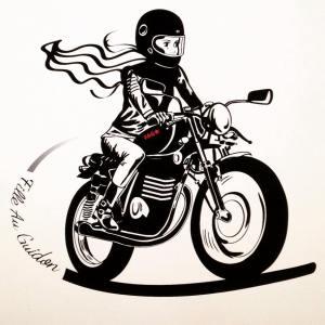 fille au guidon ; boutique en ligne pour femme en moto et deux roues