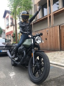 moto guzzi v7 iii fille au guidon pour mag motardes
