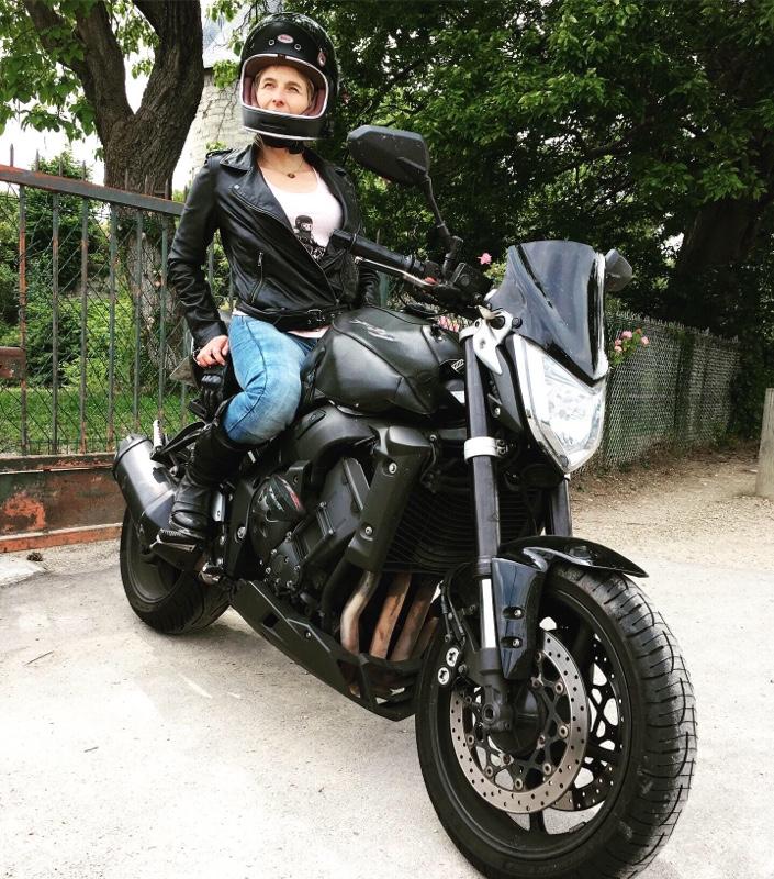 fille au guidon vetements femme moto