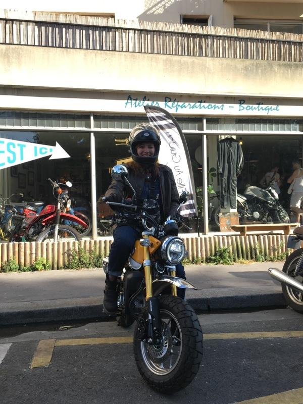 Fille Au Guidon, motarde heureuse
