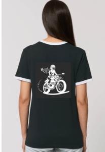 en noir le tee shirt motarde retro fille au guidon porte dans le dos une illustration blanche avec une touche derouge