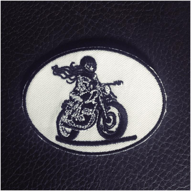l'écusson Fille Au Guidon se coud sur une veste de motarde