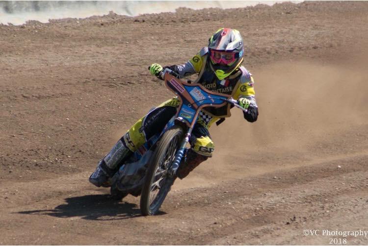 Audrey Dupuy pilite des motos de Grass Track