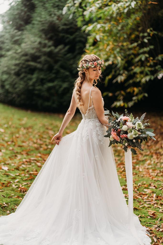 fillongley hall - warwickshire wedding venue - woodland wedding ceremonies - midlands bride holding bouquet