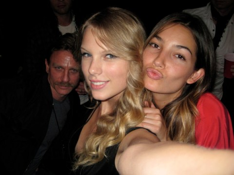 daniel-craig-photobombs-taylor-swift