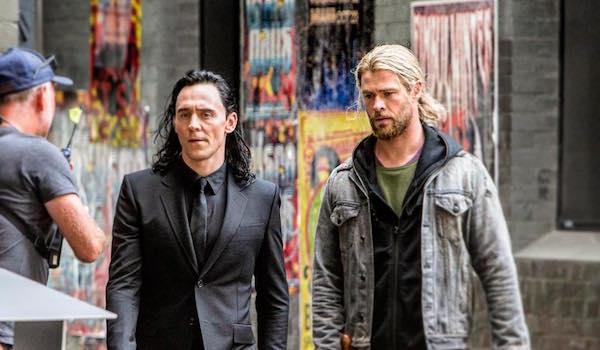 Tom Hiddleston Chris Hemsworth Thor: Ragnarok Movie Set