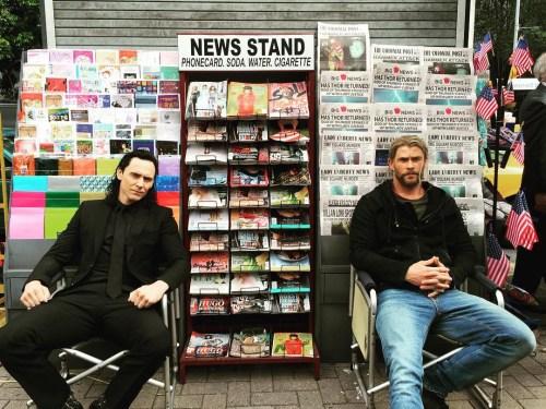 Chris Hemsworth Tom Hiddleston Thor: Ragnarok Sitting Newstand Movie Set