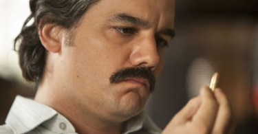 Wagner Moura Holding Bullet Narcos Season 2