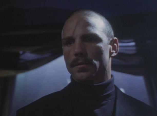 Zły mistrz Lee, pogardza słabymi i lubi się nad nimi pastwić. Zły do szpiku kości drań.