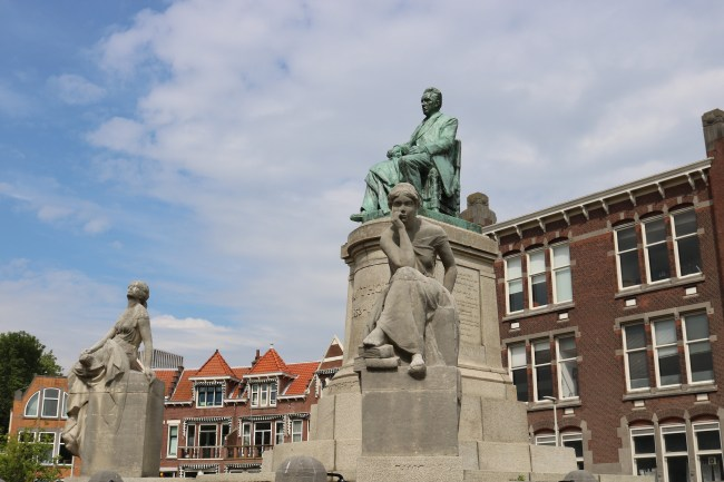 These statues might look bored, but I can ensure you that a Rotterdam walking tour will definitely be anything but boring! Photo: © Sonja Irani / FilmFanTravel.com