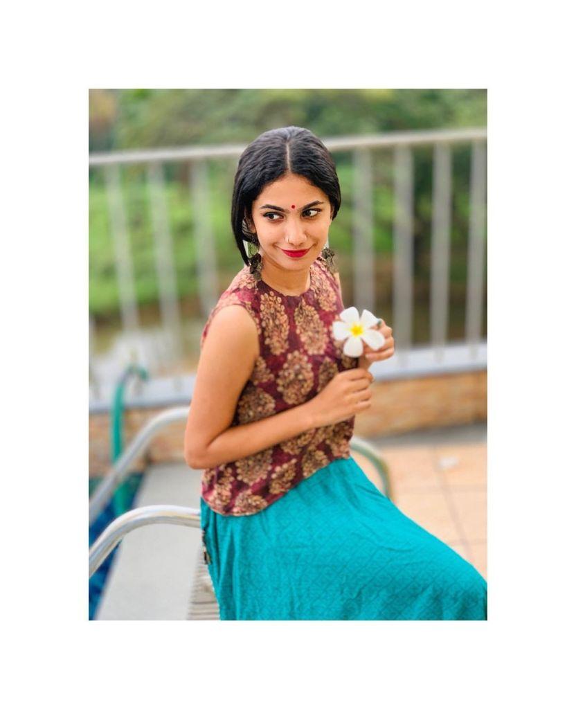 Deepa Thomas HD Photos, Biography, Wiki, Husband, Family, Instagram 10