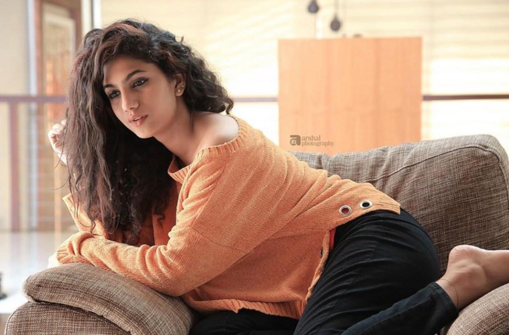 Deepa Thomas HD Photos, Biography, Wiki, Husband, Family, Instagram 6