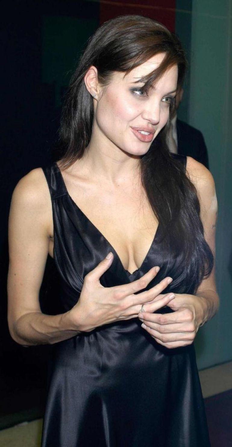 35+ Glamorous Photos of Angelina Jolie 33
