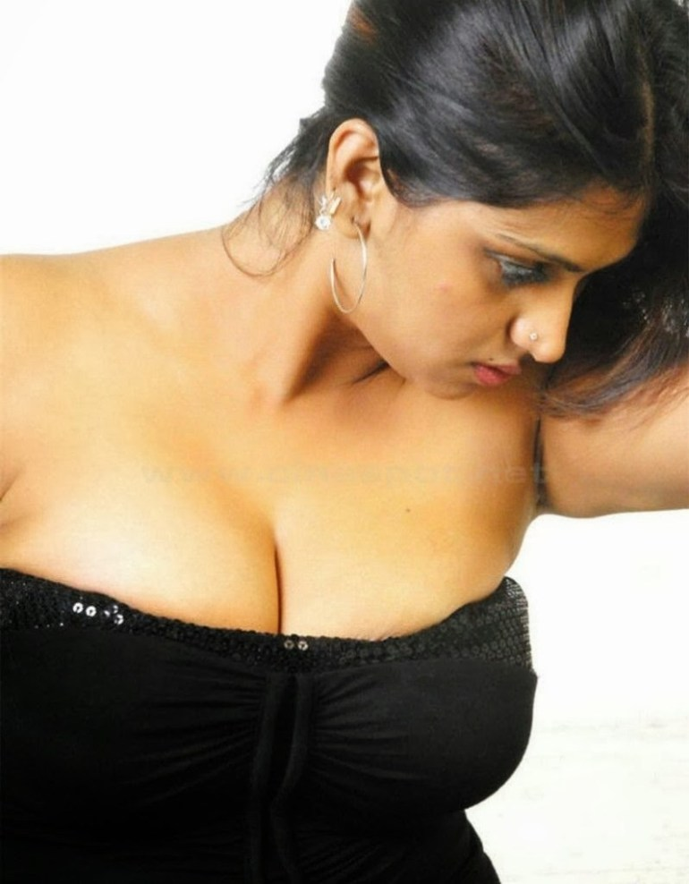 39+ Glamorous Photos of Bhuvaneshwari 9