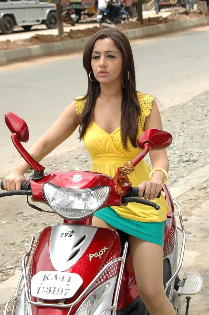 29+ Beautiful Photos of Mallika Kapoor 29