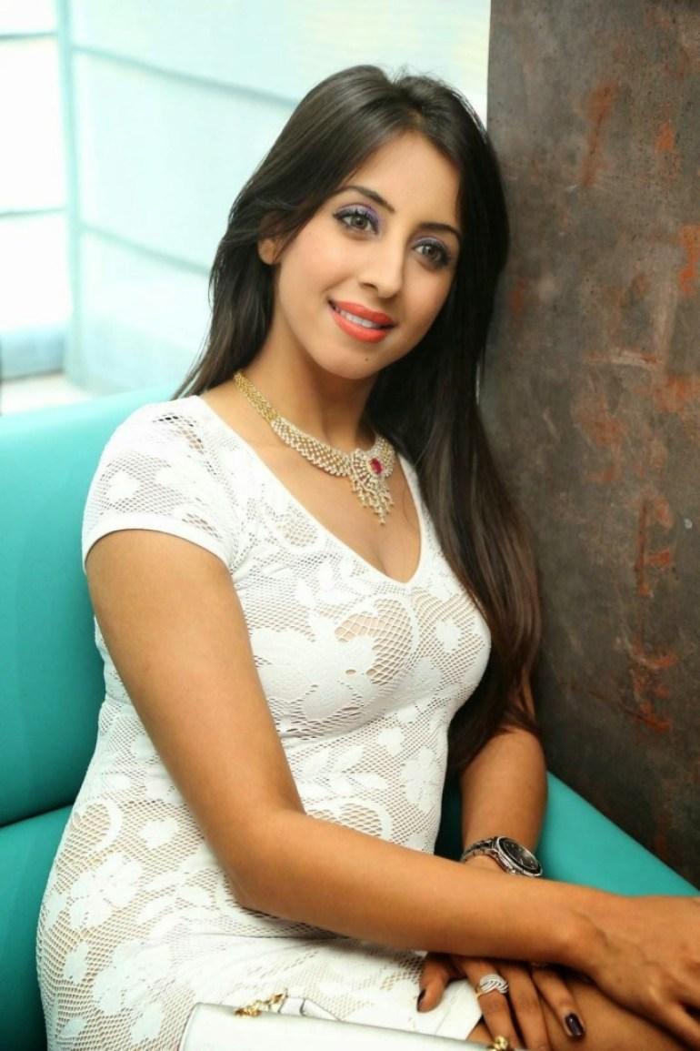 36+ Stunning Photos of Sanjana Galrani 97