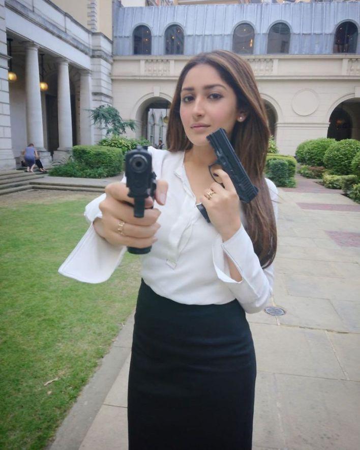 72+ Charming Photos of Sayesha Saigal 13