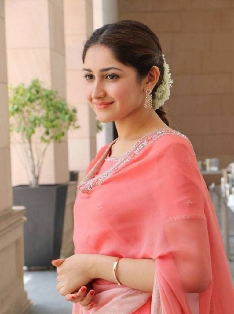 72+ Charming Photos of Sayesha Saigal 108